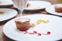Koch dekoriert köstliche muffin — Stockfoto