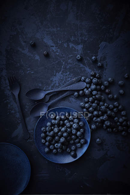 Blueberries in bowl with two spoons — Photo de stock