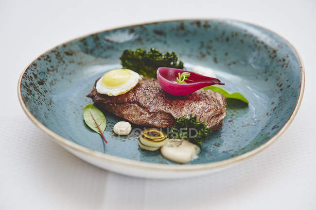 Roasted steak with egg and onion - foto de stock