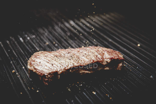 Steak grillé sur barbecue — Photo de stock