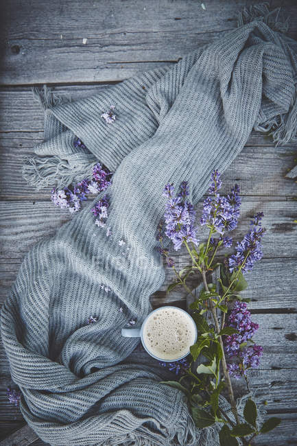 Cup with coffee and beautiful flowers — Stock Photo