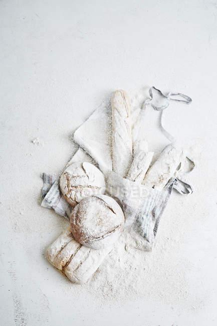 Хліба на фартух в борошні — стокове фото