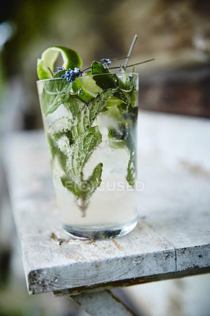 Bevanda fredda con foglie di lime e menta — Foto stock