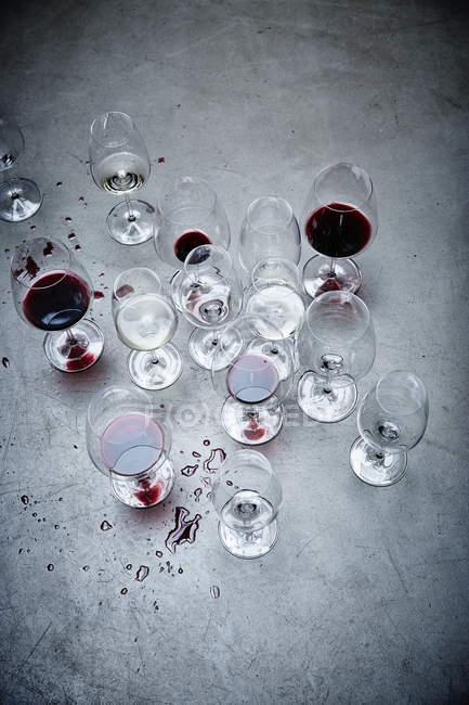 Окуляри з червоним вином і водою — стокове фото