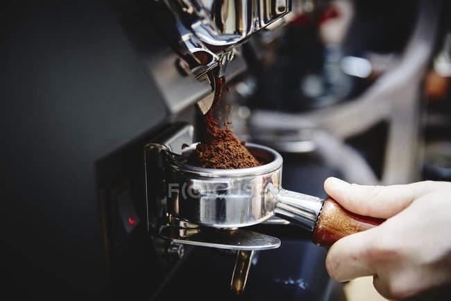 Macchina da caffè e mano umana — Foto stock