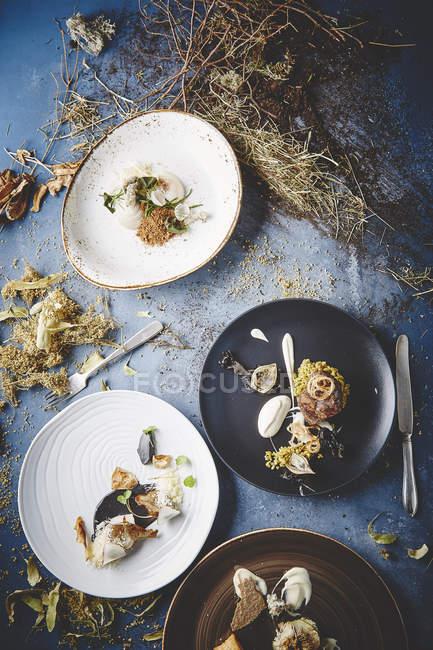 Deliciosos platos con salsas - foto de stock