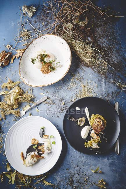 Смачні страви подаються на круглий плити — стокове фото
