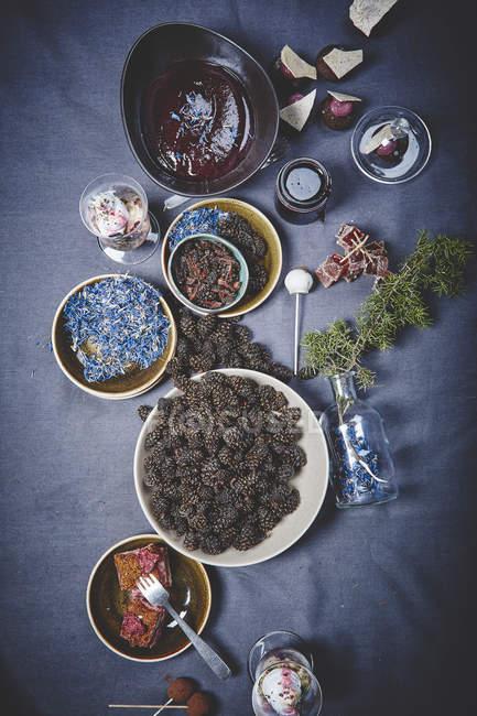 Вкусные десерты в миски — стоковое фото