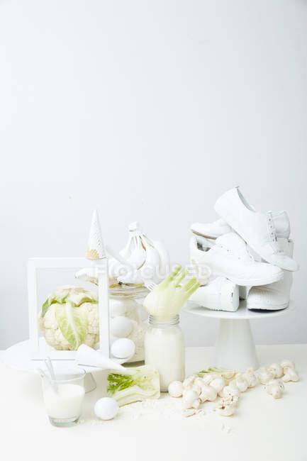 Zapatos blancos y sanos ingredientes - foto de stock