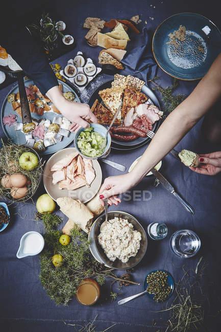 Gustosi piatti sulla tovaglia scuro — Foto stock