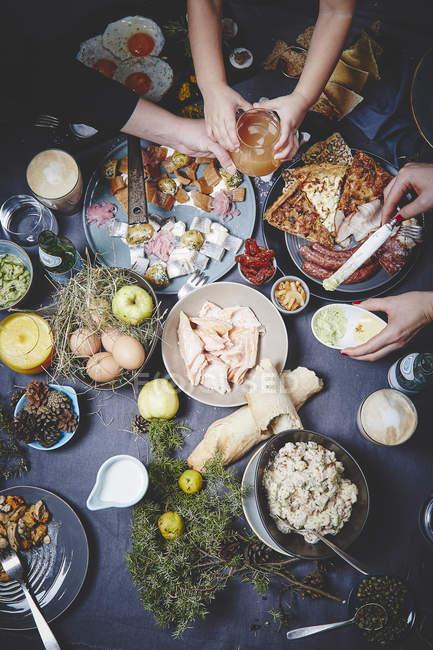 Leckere Gerichte auf dunklen Tischdecke — Stockfoto
