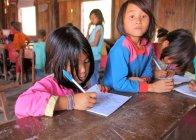 Schüler lernen im Klassenzimmer — Stockfoto
