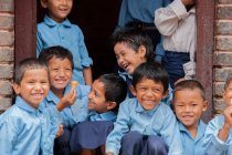 Bambini in uniforme scolastica sorride alla macchina fotografica — Foto stock