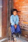 Menina sentada e olhando surpreso — Fotografia de Stock