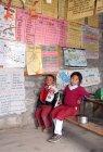 Хлопчик і дівчинка у Уніформа, сидячи в класі — стокове фото
