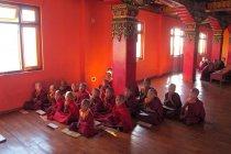 Jóvenes monjes novicios mirando a la cámara - foto de stock