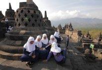 Meninas em hijab olhando para a câmera — Fotografia de Stock