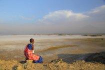 Giovane ragazza Maasai indossa gioielli tradizionali, Tanzania — Foto stock