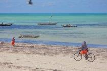 Сім'я їзда Байк на пляжі Занзібар — стокове фото