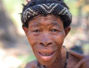 Vecchio bushwoman nel deserto del kalahari — Foto stock