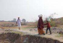 Population locale Séchage de vêtements près de Allahabad, INDE, Uttar, État de Pradesh — Photo de stock