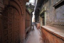 As pessoas locais e vaca na ruas de Varanasi em Uttar Pradesh, Índia. — Fotografia de Stock