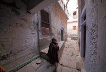 Femme locale dans les rues de Varanasi dans l'Uttar Pradesh, Inde . — Photo de stock