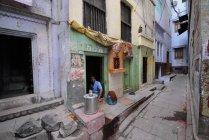 Homem local em Ruas de Varanasi em Uttar Pradesh, Índia . — Fotografia de Stock