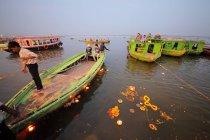 Люди і горіння лампи, що плавають у освяченої води Святого річка Ганг — стокове фото