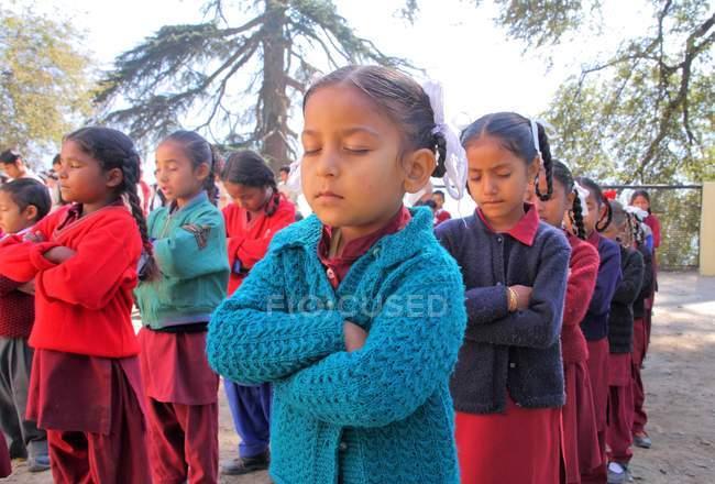 Девочки на утренней молитве — стоковое фото
