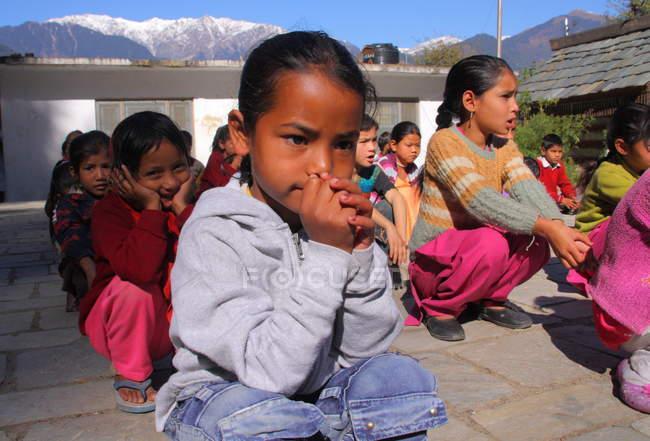 Kinder sitzen beim Morgengebet — Stockfoto