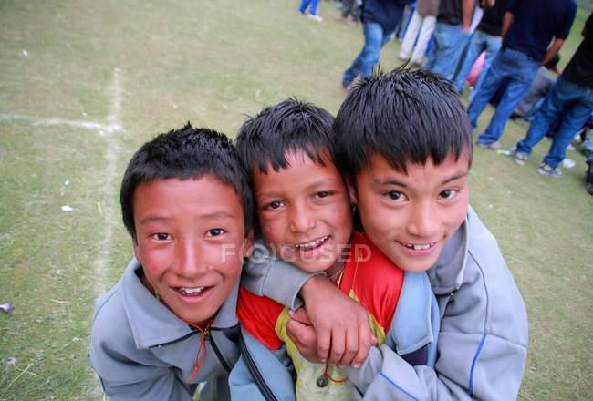 Rapazes a sorrir para a câmara — Fotografia de Stock