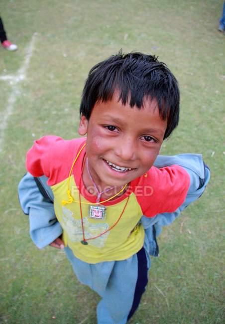 Ragazzo che sorride alla macchina fotografica — Foto stock