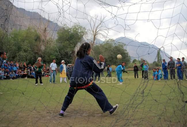Дети, играющие в футбол — стоковое фото