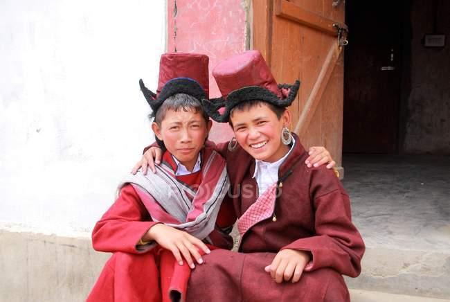 Ragazzi nel monk tradizionale abbigliamento — Foto stock