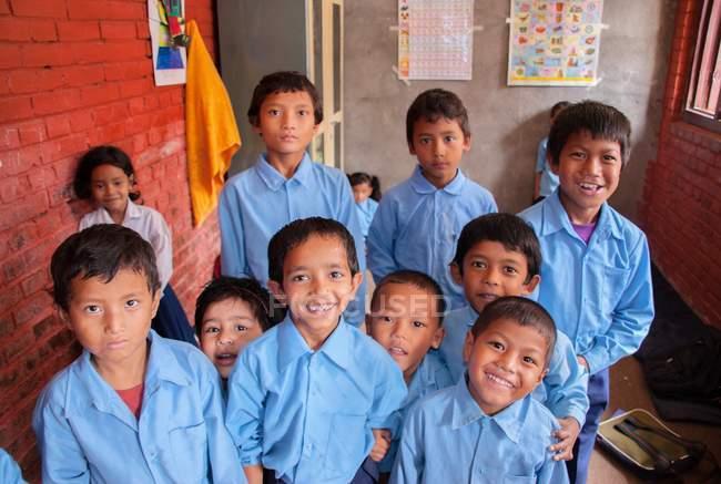 Діти в шкільну форму, посміхаючись на камеру — стокове фото