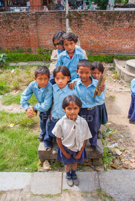 Дети в школьной форме улыбаются в камеру — стоковое фото