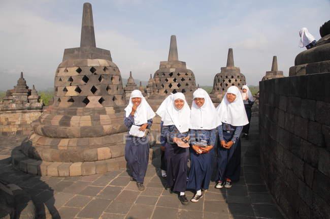 Дівчата в хиджаб, дивлячись на камеру — стокове фото