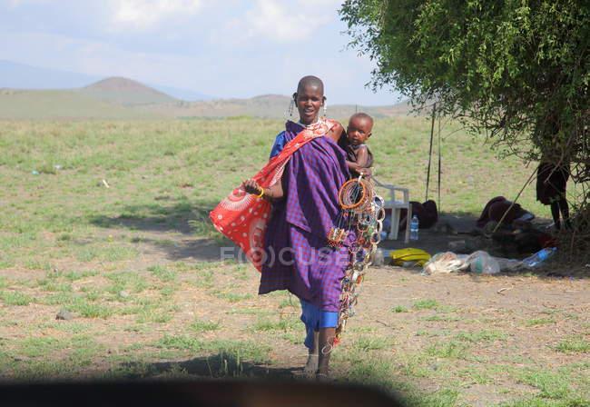 Massai Frau mit Baby in traditioneller Kleidung, Tansania — Stockfoto