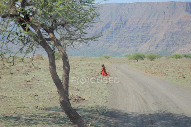Maasai Kind in traditioneller Kleidung, Tansania — Stockfoto