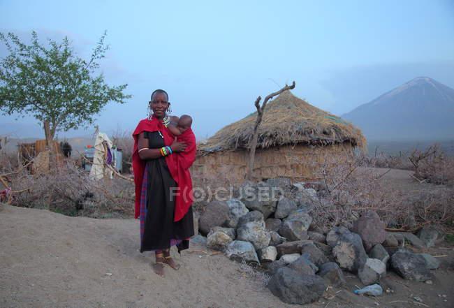 Масаи женщина с ребенком в традиционной одежде, Танзания — стоковое фото