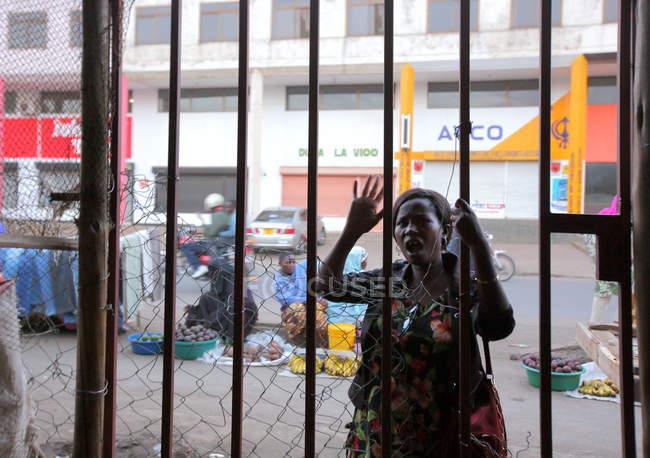 Donna locale sulla strada a Zanzibar, Africa — Foto stock
