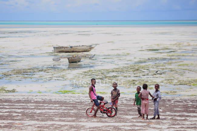 Хлопчик на пляжі острові Занзібар — стокове фото