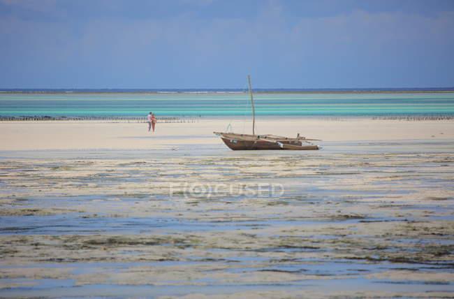 Люди на острові Занзібар пляж — стокове фото