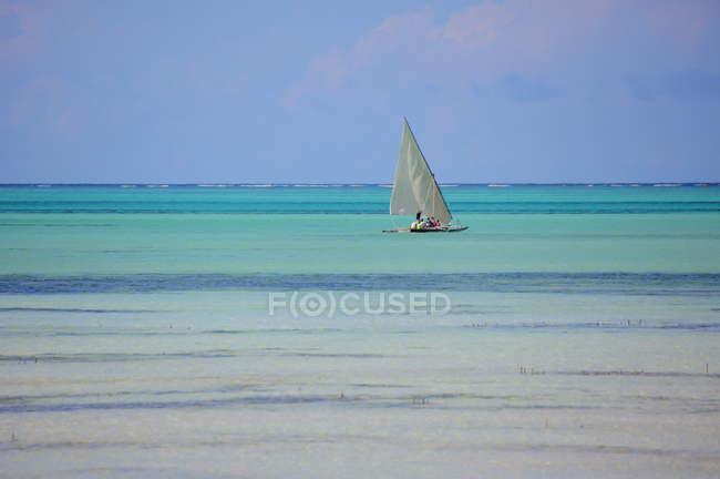 Човен на пляжі острова Занзібар — стокове фото