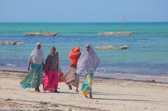 Місцевих жінок, на пляжі острові Занзібар — стокове фото