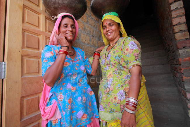 Women near house  in Jaisalmer. — Stock Photo