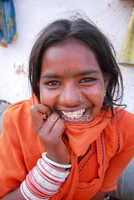 Счастливая улыбающаяся индийская женщина — стоковое фото