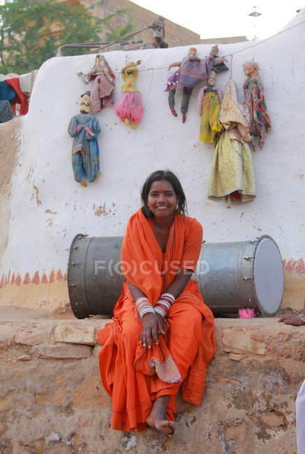 Glücklich lächelnde indische Frau — Stockfoto