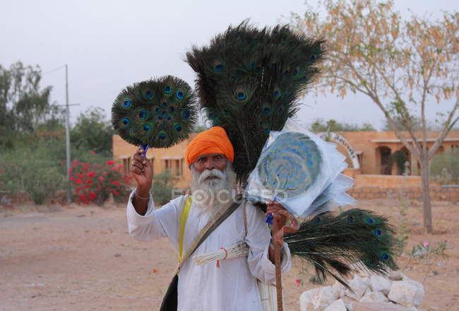 Indischer Mann mit orange turban — Stockfoto